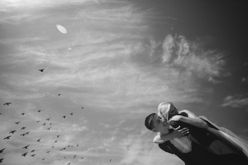 brud och brudgum på bakgrunden av himmel arkivfoton