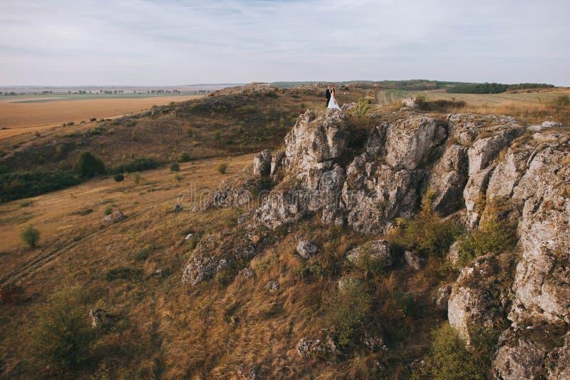 Brud och brudgum på berget arkivbilder