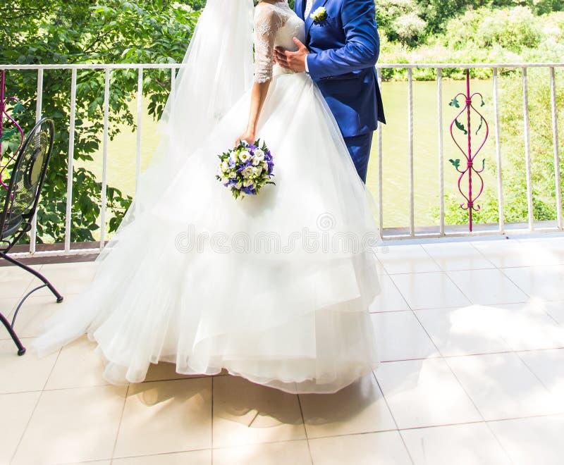 Brud och brudgum på ett romantikerögonblick utomhus royaltyfria foton