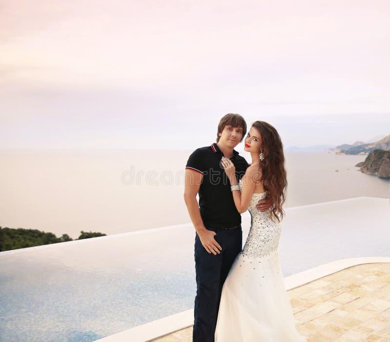 Brud och brudgum, parbröllopstående, unga romantiska vänner royaltyfri foto