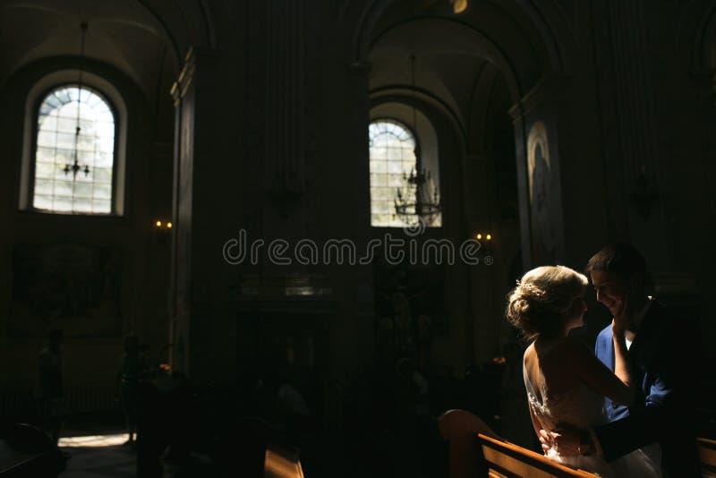 Brud och brudgum som är upplysta vid ljus arkivfoton
