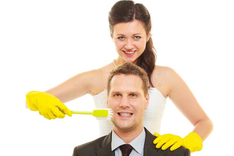 Brud och brudgum som delar hushållarbetsuppgifter royaltyfri bild