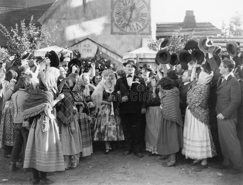 Brud och brudgum som går till och med ett bröllopparti (alla visade personer inte är längre uppehälle, och inget gods finns Lever royaltyfria bilder