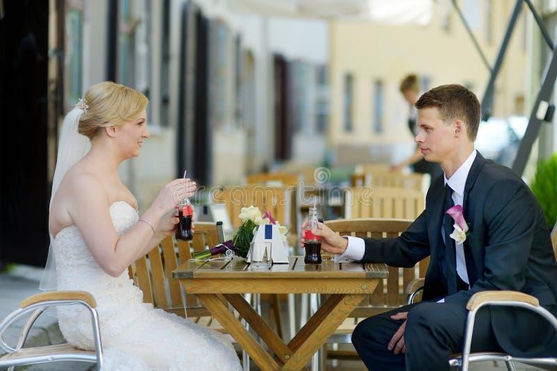 Brud och brudgum som har en uppfriskande drink royaltyfria foton
