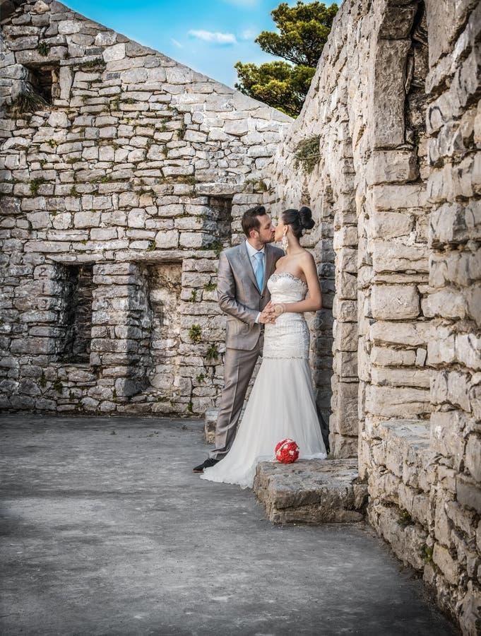 Brud och brudgum som kysser, förbindelsepar royaltyfri bild