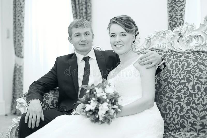Brud och brudgum som omfamnar på bröllop royaltyfri foto