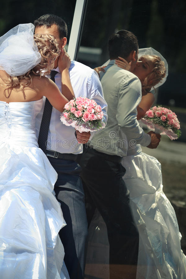 Brud och brudgum vid den utomhus- spegeln royaltyfri fotografi