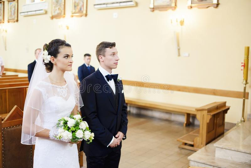 Brud- och brudgumanseendet på altaret i kyrkan arkivbild