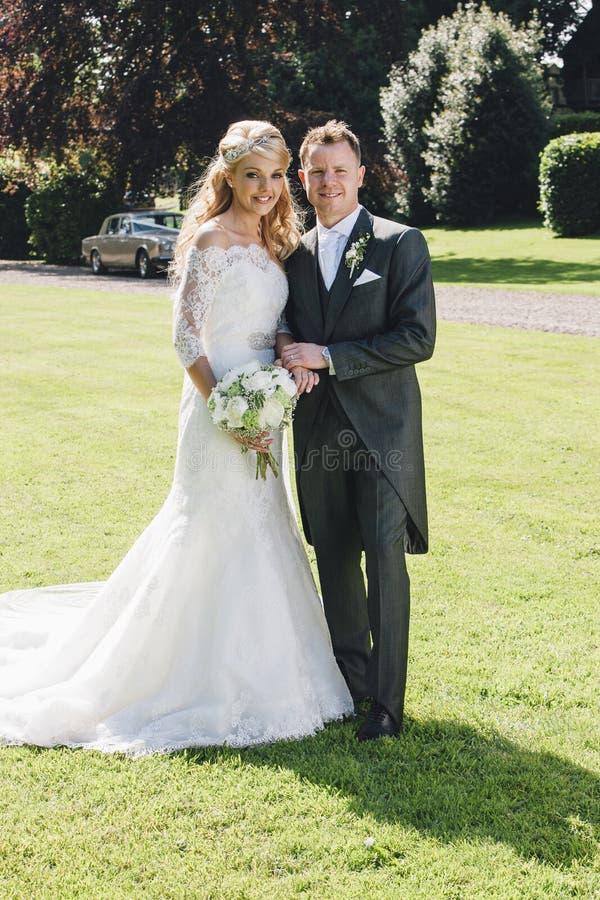 Brud och brudgumstående royaltyfri bild