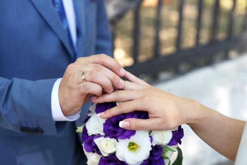 Brud- och brudgumutbytesvigselringar royaltyfria foton