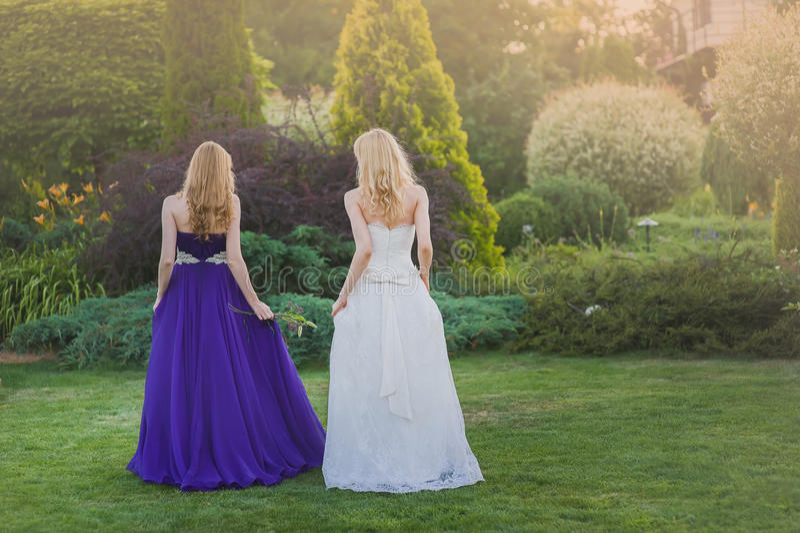 Brud och brudtärna utanför royaltyfri foto