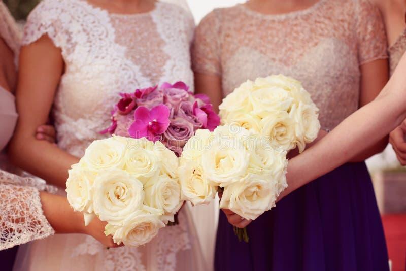 Brud- och brudtärnas bröllopbukett arkivfoto