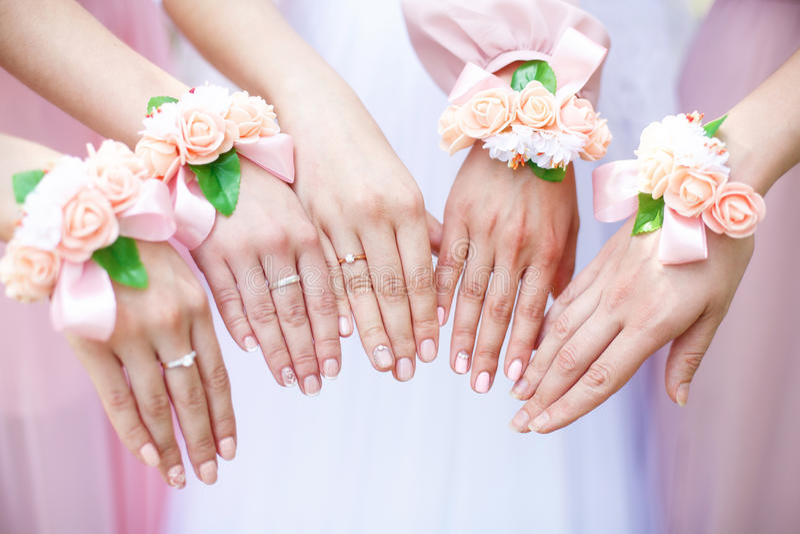Brud och brudtärnor med blommaarmband på händer closeup fotografering för bildbyråer