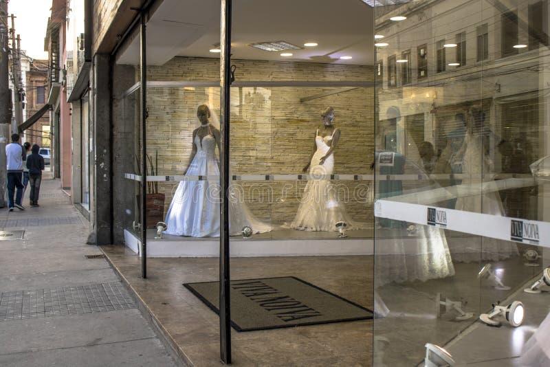 Brud- och gifta sig artikeldiversehandel i den traditionella SaoCaetano gatan royaltyfria foton