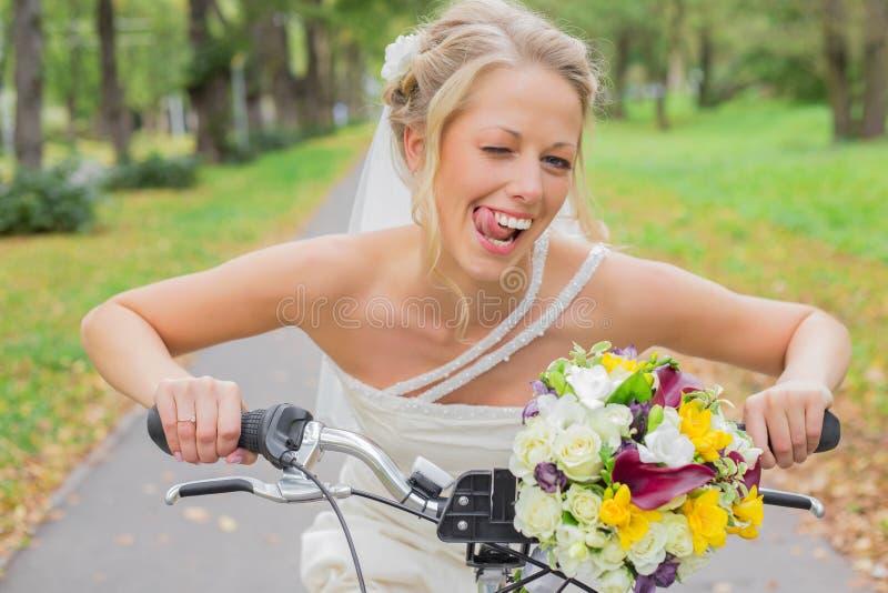 Brud på cykel som en är flirty royaltyfri foto
