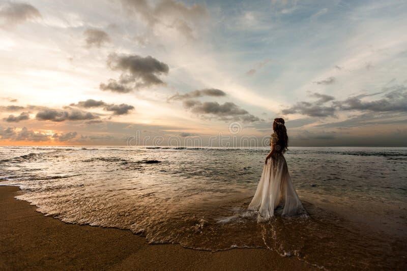 Brud på stranden royaltyfri foto