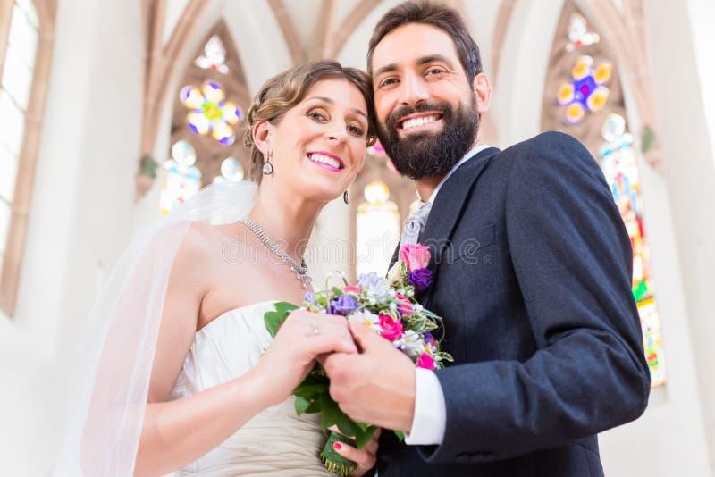 Brud- par i kyrkan som har bröllop royaltyfri fotografi