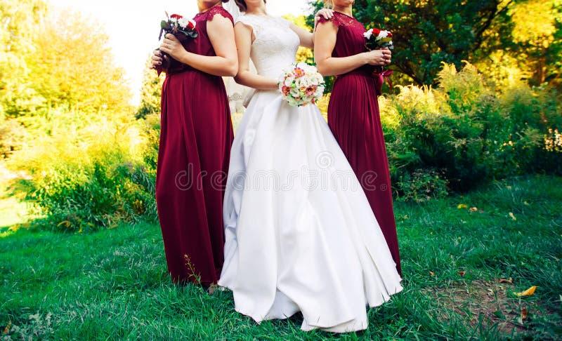 Brud rad av brudtärnor med buketter på stor bröllopceremoni arkivbild