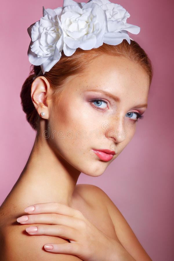 Brud- skönhet Härlig ung kvinna med yrkesmässigt smink Bruds stående på en rosa bakgrund fotografering för bildbyråer