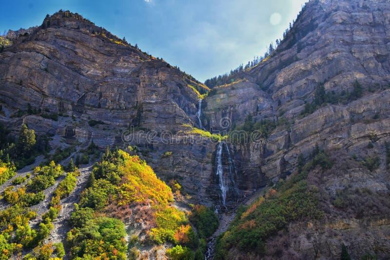 Brud- skyla nedgångar är 607 fot-högväxta 185 meter dubbel starrvattenfall i det södra slutet av den Provo kanjonen, nästan huvud fotografering för bildbyråer