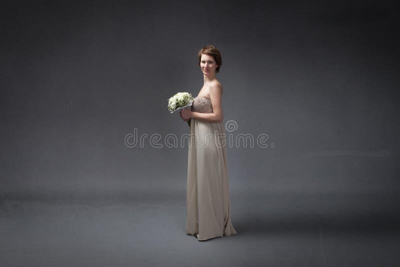 Brud som är lycklig med blommor förestående royaltyfria foton