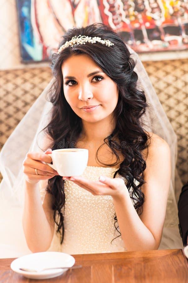 Brud som dricker te fotografering för bildbyråer