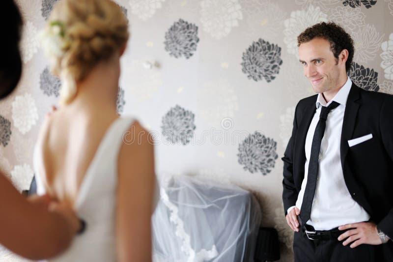brud som får brudgum hans klara hålla ögonen på royaltyfria bilder