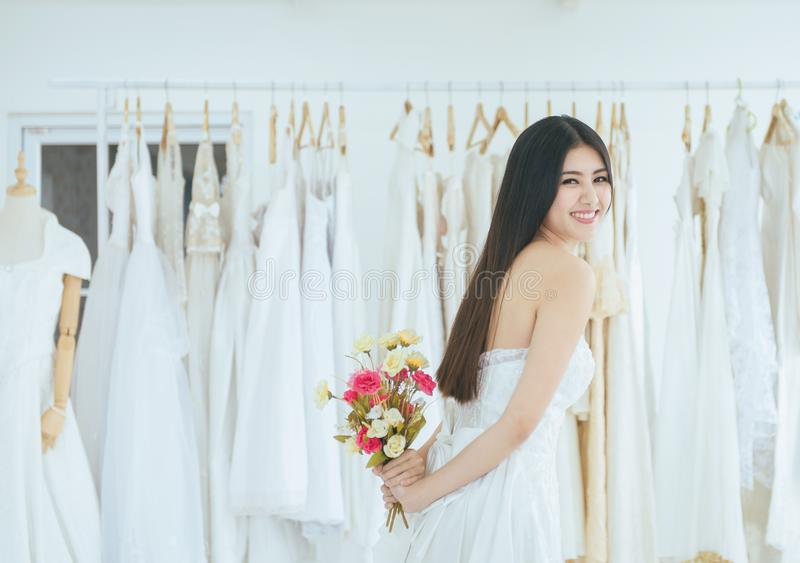 Brud som förestående rymmer en bukett för bröllop, le och lyckligt, romantiskt och sött ögonblick för härlig asiatisk kvinna arkivfoto