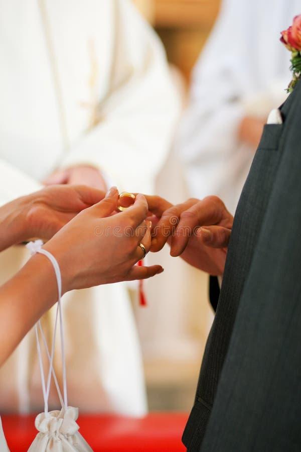 brud som ger brudgumcirkeln till bröllop royaltyfria foton