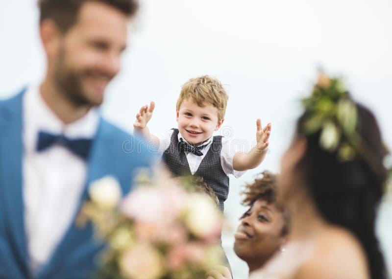 Brud som kastar blommabuketten till gäster royaltyfri bild