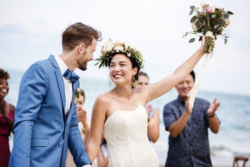 Brud som kastar blommabuketten till gäster royaltyfria foton