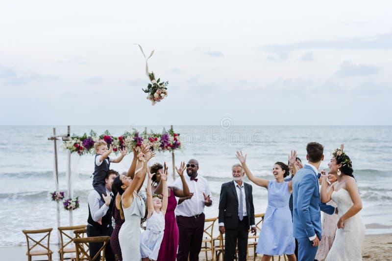 Brud som kastar buketten på bröllop royaltyfri bild