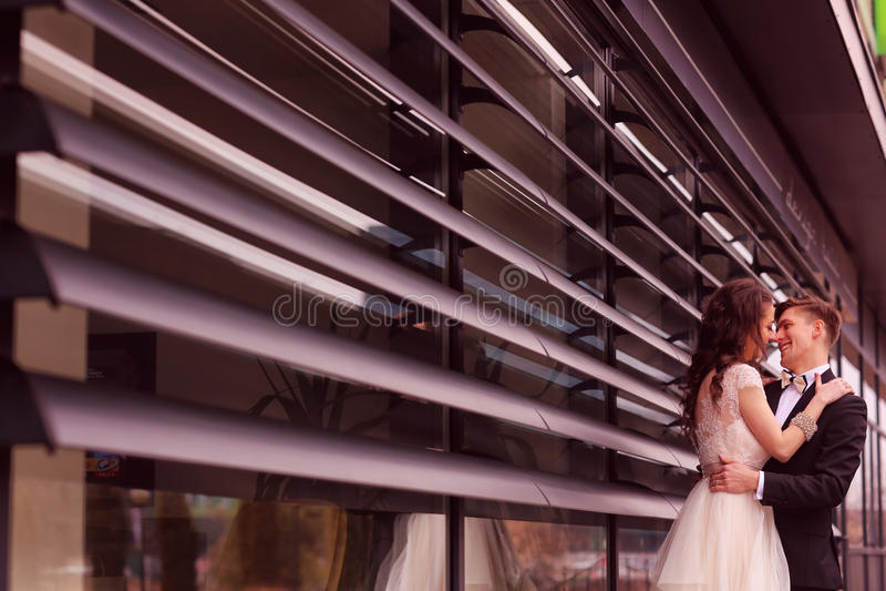 brud som omfamnar brudgum fotografering för bildbyråer