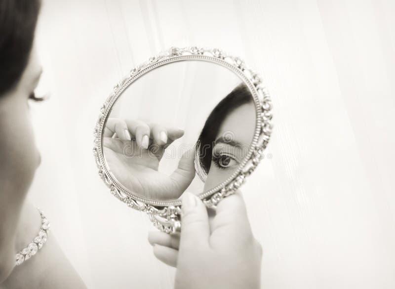 Brud som ser i spegeln, tappningstil royaltyfri fotografi