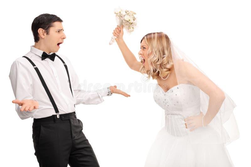 Brud som skriker till brudgummen och hotar honom royaltyfria bilder