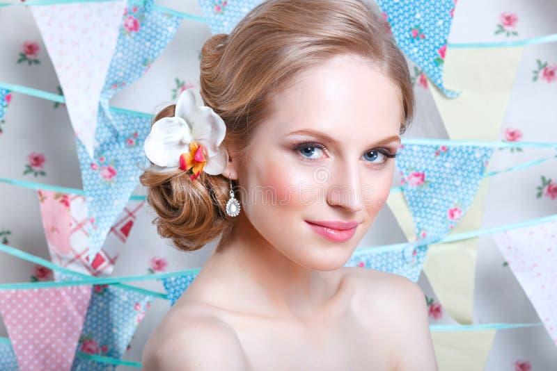 Brud Ung modemodell med perfekt hud och smink, blommor i hår Härlig kvinna med makeup och frisyr i sovrum arkivfoto