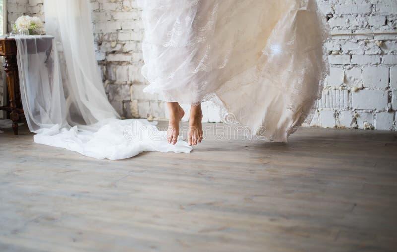 Brudbanhoppning i lantlig bröllopsklänning arkivbilder