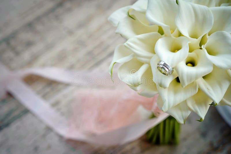 Brudbröllopbukett med vigselringar royaltyfri fotografi