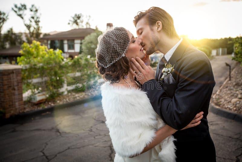 brudbrudgum som gifta sig utomhus vinter arkivbilder