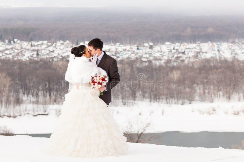 brudbrudgum som gifta sig utomhus vinter Härlig barnparbrud och brudgum royaltyfria bilder