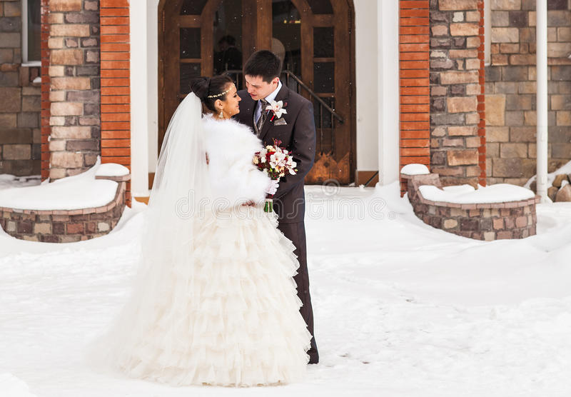 brudbrudgum som gifta sig utomhus vinter Härlig barnparbrud och brudgum royaltyfri bild
