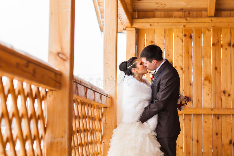 brudbrudgum som gifta sig utomhus vinter Härlig barnparbrud och brudgum arkivbilder