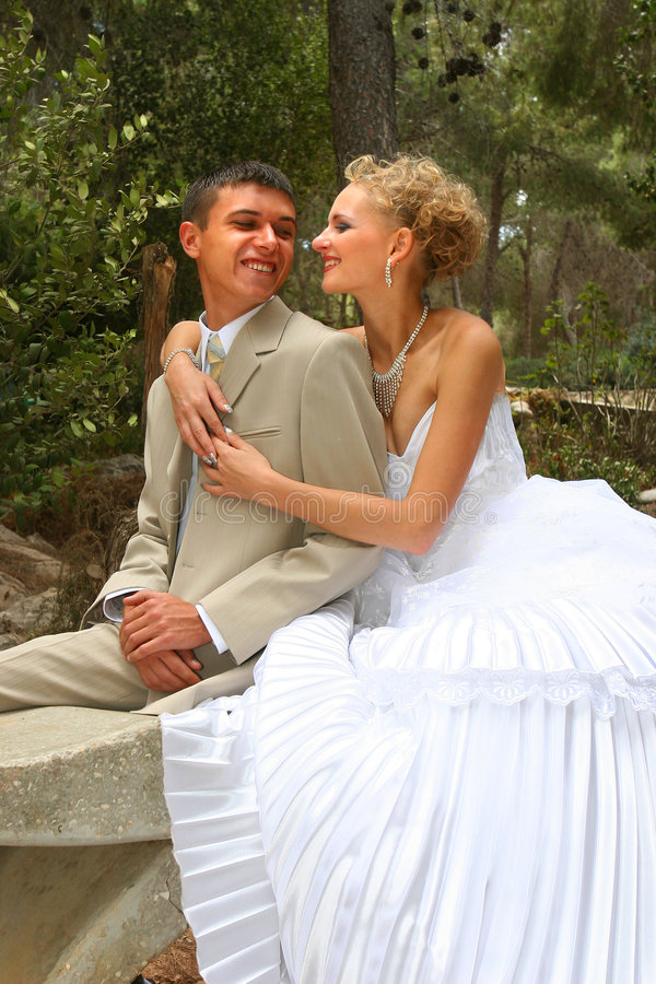 brudbrudgumkyss royaltyfri foto