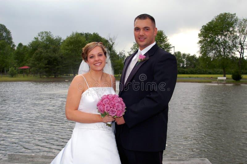 brudbrudgumnygift person royaltyfria bilder