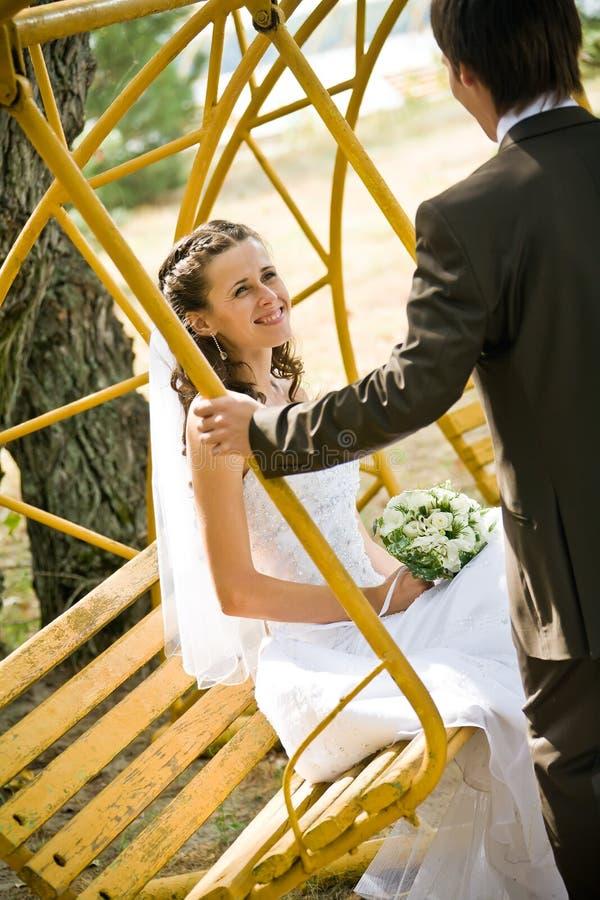brudbrudgumvaggande swing fotografering för bildbyråer