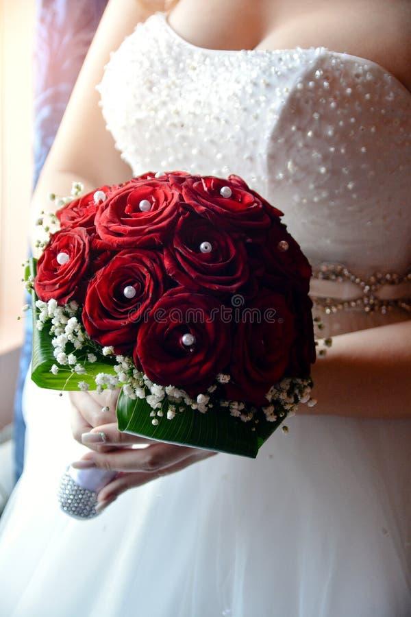 Bruden är hållande bouqet royaltyfri fotografi