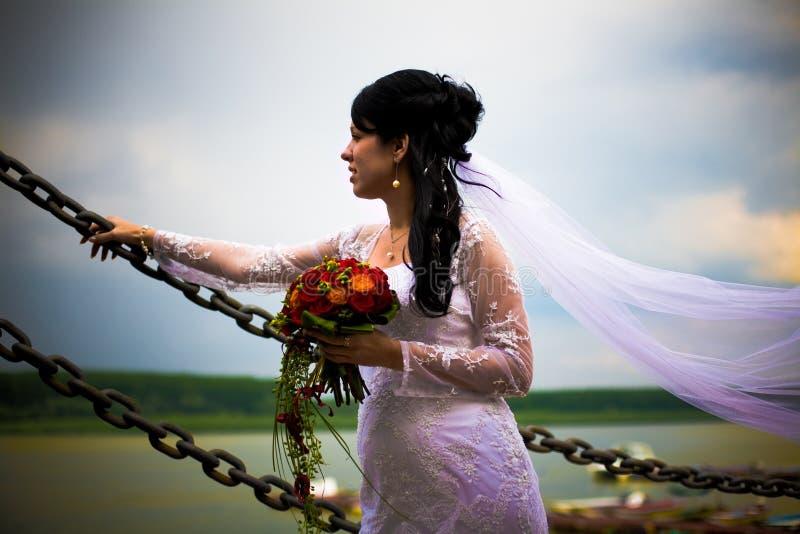 bruden blommar ståendebröllop royaltyfri foto