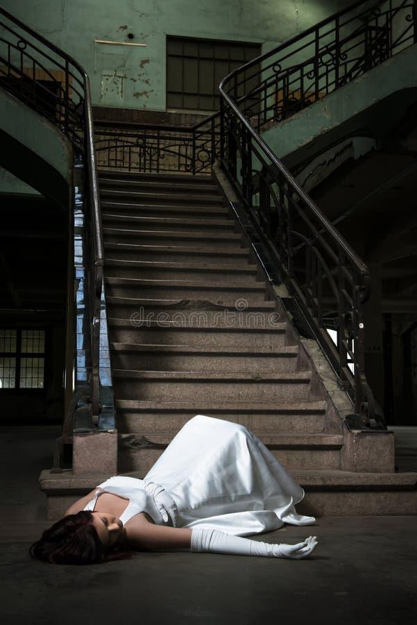 Bruden faller ner trappa arkivfoton