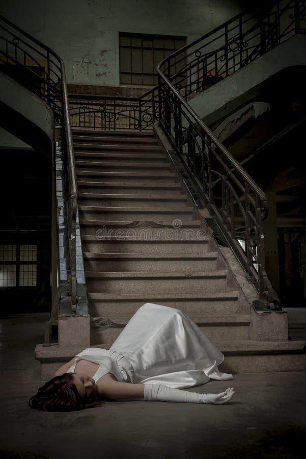 Bruden faller ner trappa royaltyfria foton