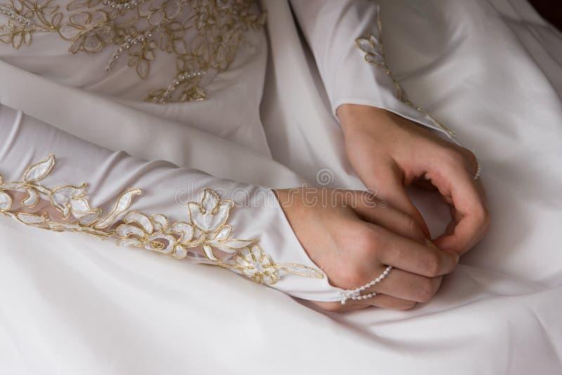 bruden hands barn fotografering för bildbyråer